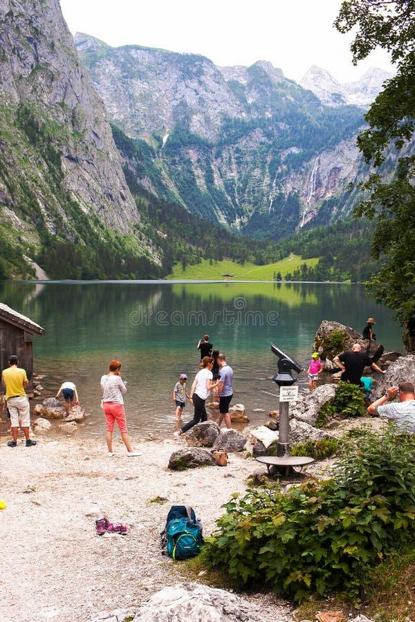 Konigssee湖,德语- 2018年5月29日:湖的游人,高山山的 免版税图库摄影
