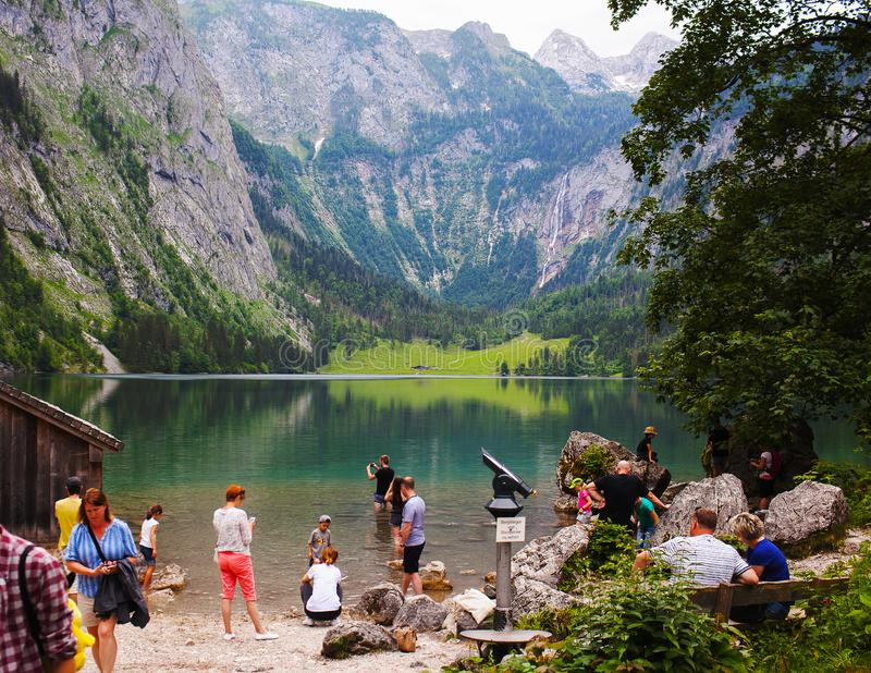 Konigssee湖,德语- 2018年5月29日:湖的游人,高山山的 库存照片