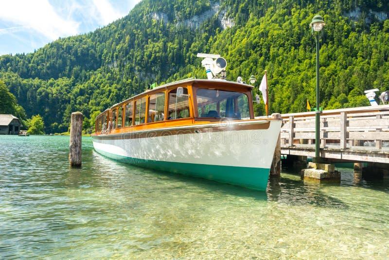 Konigssee湖轮渡船靠了码头在Schonau口岸,巴伐利亚,德国 图库摄影