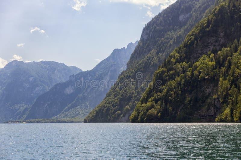 Konigssee dichtbij Duitse die Berchtesgaden met verticale bergen wordt omringd stock fotografie
