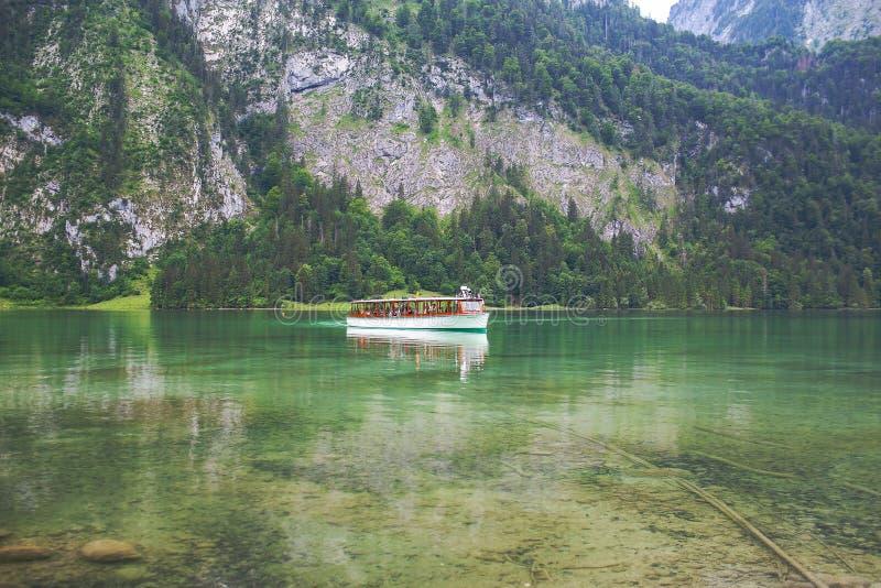 Konigssee jezioro, niemiec - Maj 29, 2018: Łódkowaty żeglowanie na halnym jeziorze w Alps na Konigssee jeziorze obraz stock