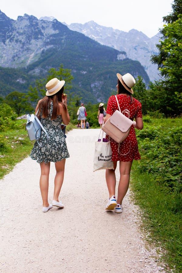 Konigssee jezioro, niemiec - Maj 29, 2018: Dwa dziewczyny chodzą wzdłuż ścieżki w górach fotografia stock
