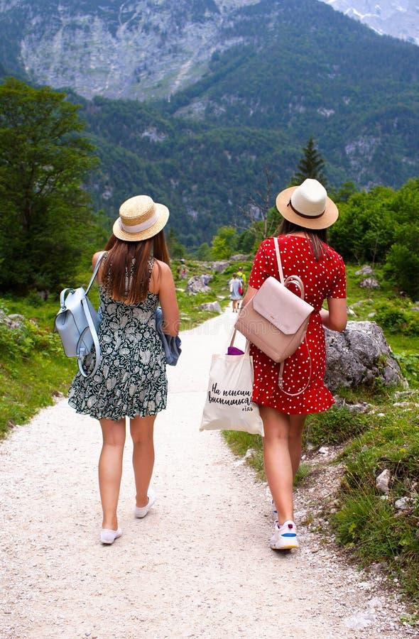 Konigssee jezioro, niemiec - Maj 29, 2018: Dwa dziewczyny chodzą wzdłuż ścieżki w górach zdjęcia stock