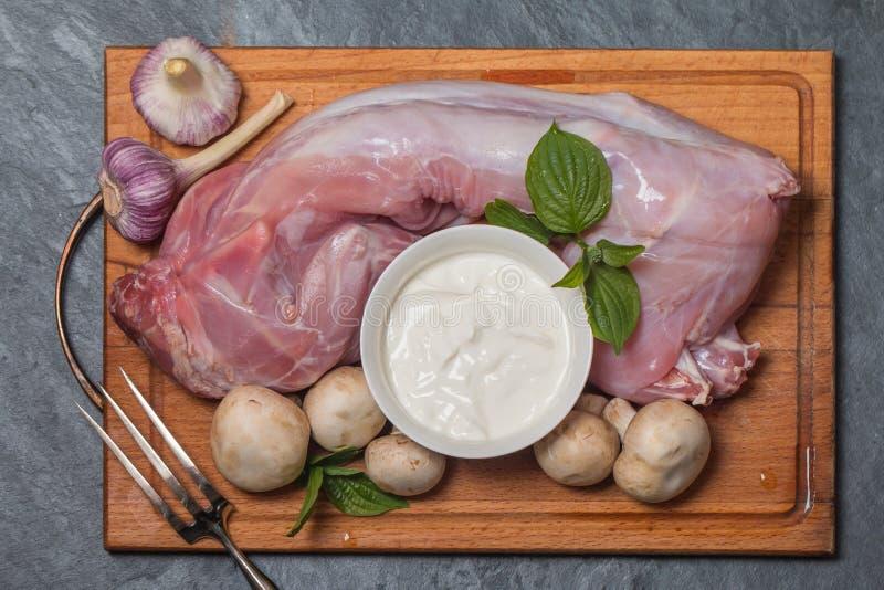 Download Konijnkarkas, Knoflook, Ui, Zure Room, Paddestoelen En Kruiden Stock Foto - Afbeelding bestaande uit vlees, verzuur: 54076080