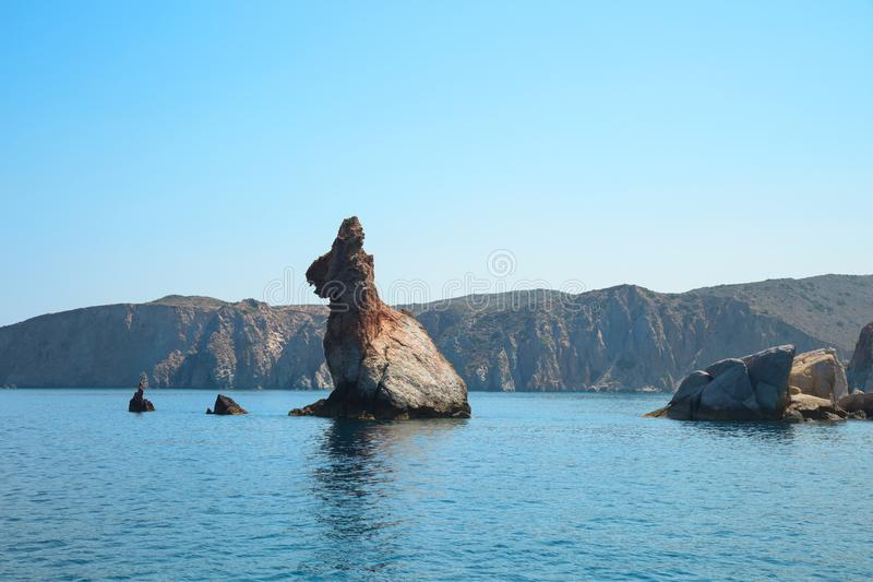 Konijnrots in het Egeïsche overzees dichtbij Milos-eiland in cycladic royalty-vrije stock afbeeldingen