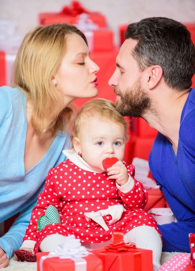 konik śpiący Ojciec, matka i doughter dziecko, Miłość i zaufanie w rodzinie Brodaty mężczyzna i kobieta z małą dziewczynką Szczęś zdjęcia stock