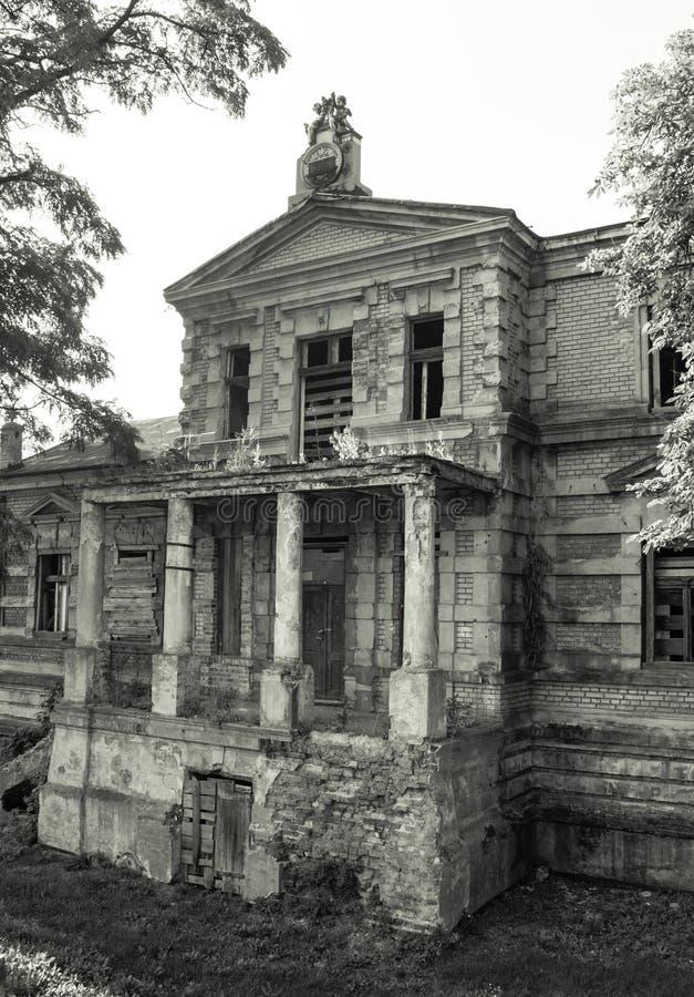 Konin, Польша Покинутый и упущенный дворец ` s Эдварда Рэймонда стоковые фотографии rf