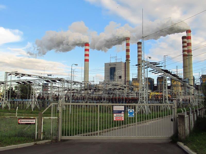 Konin, Польша 17-ое июля 2012: Взгляд на электрической станции угольной электростанции в Patnow стоковая фотография