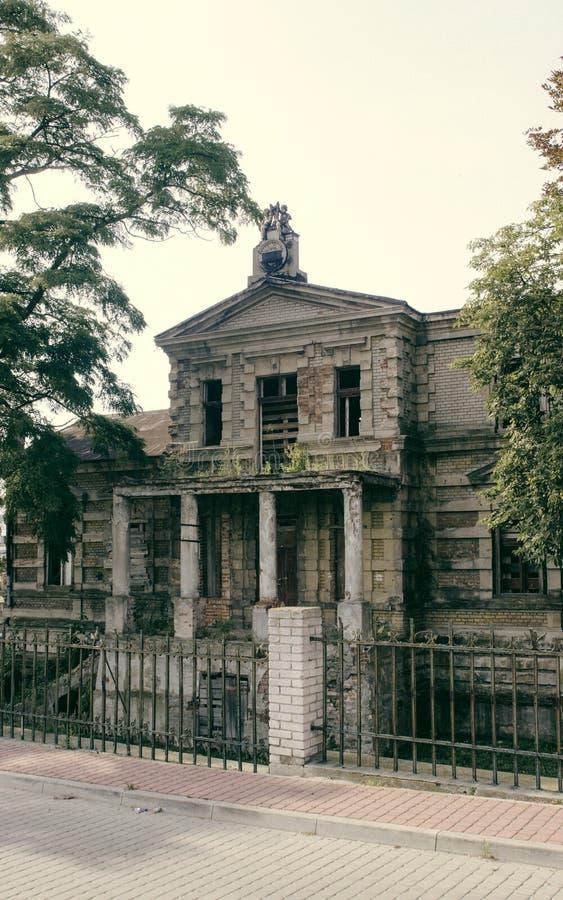 Konin, Польша Покинутый и упущенный дворец ` s Эдварда Рэймонда стоковая фотография