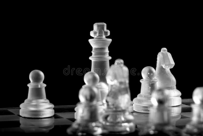 Koning op de raad van het glasschaak stock foto