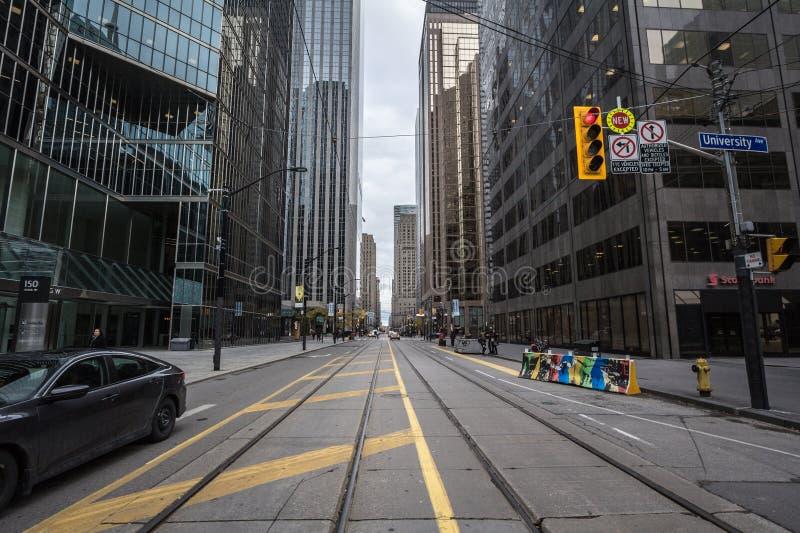 Koning Street West in Toronto Van de binnenstad, een typische Amerikaanse straat van CBD met bureaugebouwen, wolkenkrabbers en ho royalty-vrije stock afbeeldingen