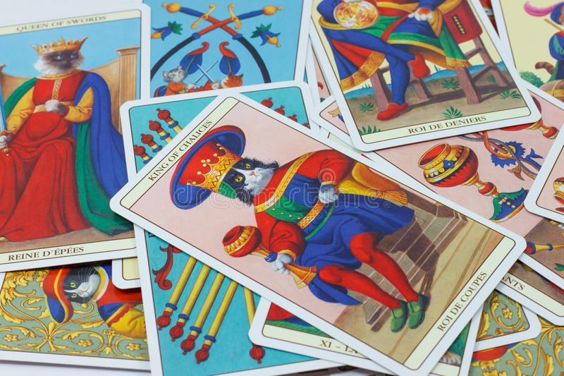 Koning van Koppen, Tarotkaart op witte achtergrond stock foto