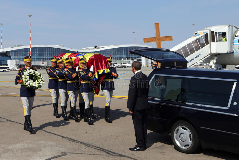 Koningin Anne van Roemenië sterft bij 92 - Ceremonie bij Otopeni Internationale Luchthaven royalty-vrije stock foto's