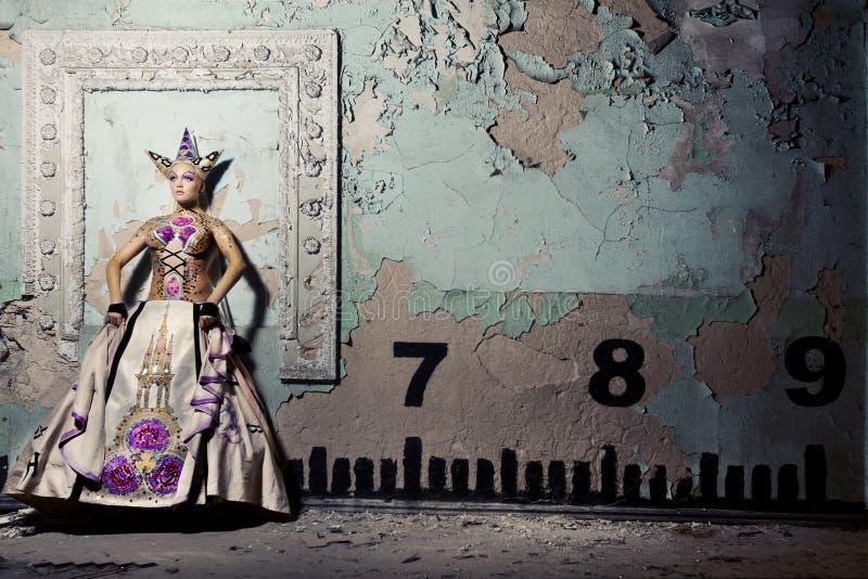 Koningin dichtbij muur royalty-vrije stock afbeeldingen