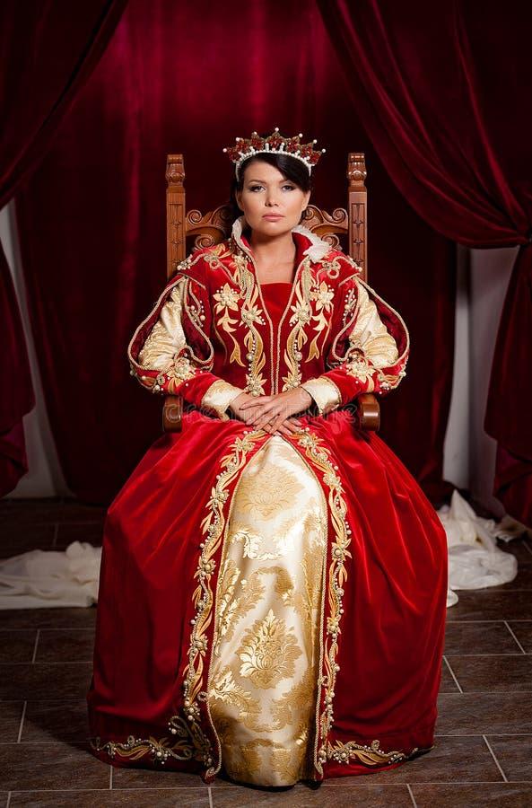 Koningin in een middeleeuws kasteel stock fotografie