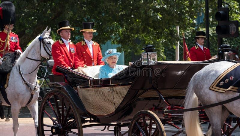 Koningin Elizabeth II reist langs de Wandelgalerij in een open die vervoer door paarden, op haar manier aan zich het Verzamelen v royalty-vrije stock afbeeldingen