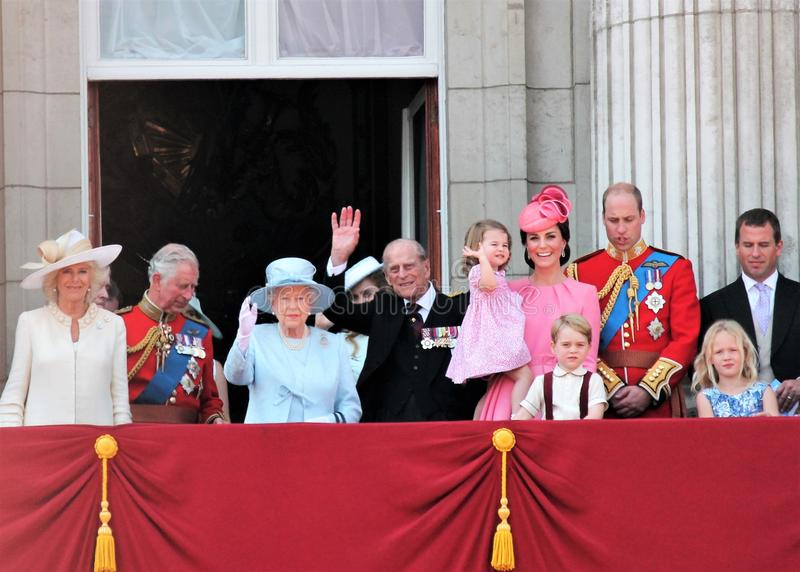 Koningin Elizabeth & Koninklijke Familie die, Buckingham Palace, Londen Juni 2017 - de Kleurenprins George William, Harry, Kate & stock fotografie