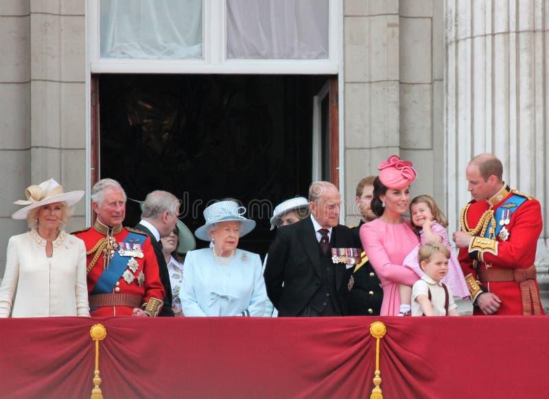 Koningin Elizabeth & Koninklijke Familie die, Buckingham Palace, Londen Juni 2017 - de Kleurenprins George William, Harry, Kate & stock afbeelding