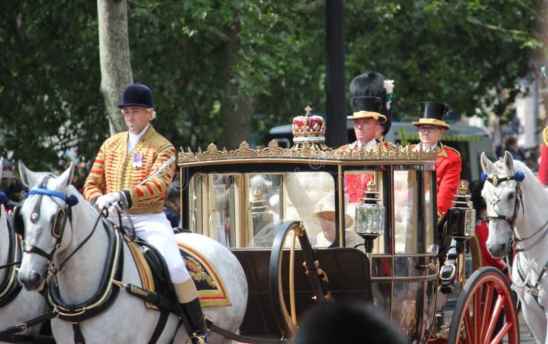 Koningin Elizabeth, Londen het UK, 8 Juni 2019 - Koningin Elizabeth Trooping de van de het Buckingham Palacevoorraad van de kleur stock afbeeldingen