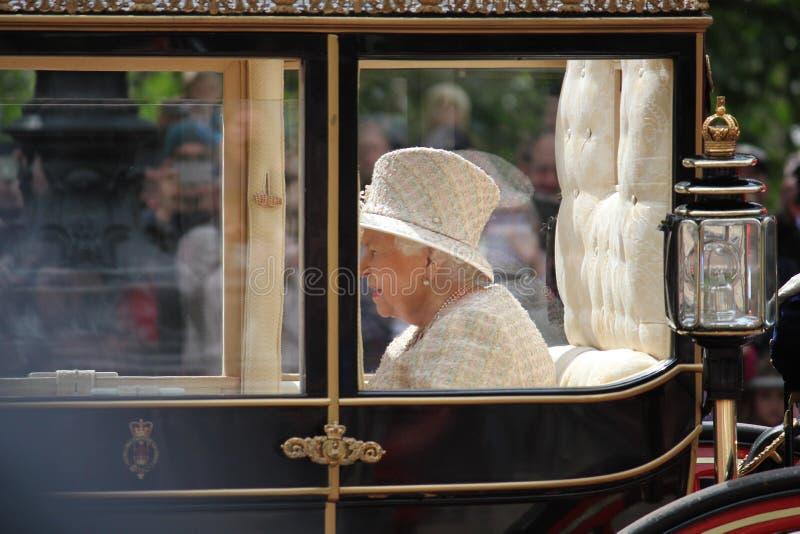 Koningin Elizabeth, Londen het UK, 8 Juni 2019 - Koningin Elizabeth Trooping de van de het Buckingham Palacevoorraad van de kleur royalty-vrije stock foto's
