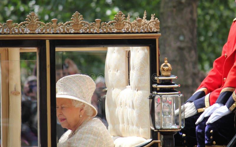 Koningin Elizabeth, Londen het UK, 8 Juni 2019 - Koningin Elizabeth Trooping de van de het Buckingham Palacevoorraad van de kleur stock afbeelding