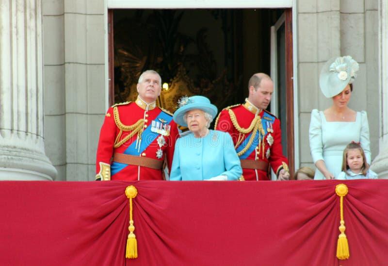 Koningin Elizabeth London June 2018 - het Verzamelen zich Kleur Kate Middleton Prince Andrew, William en Prinses Charlotte stock foto