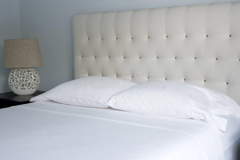 Koningin-gerangschikt Kernachtig Wit Bed Linens stock afbeelding