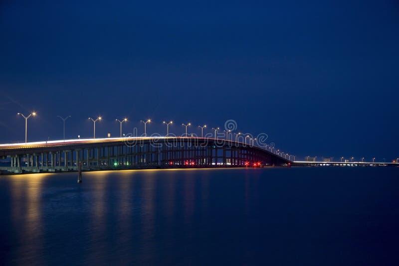 Koningin Isabella Memorial Bridge in het Blauwe Uur van Haven Isabel, Texas royalty-vrije stock foto's