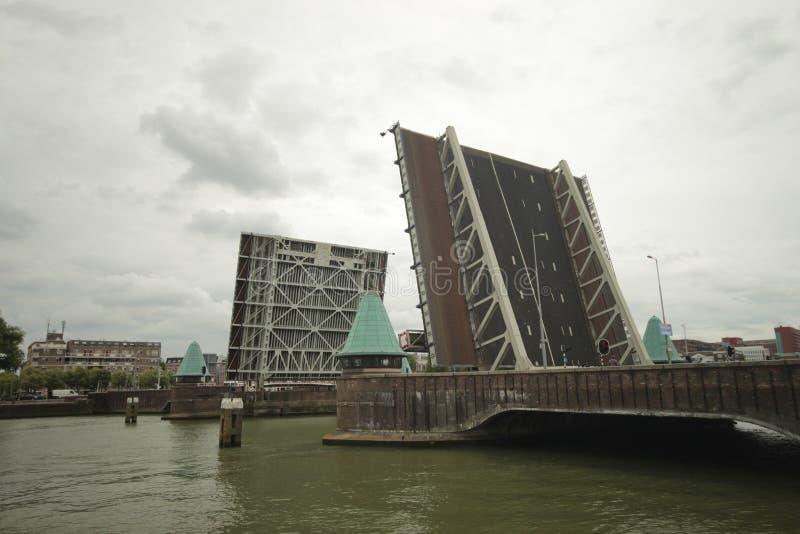 koninginnebrug, most między wyspą wymieniał Noordereiland i południe Rotterdam otwiera obraz royalty free