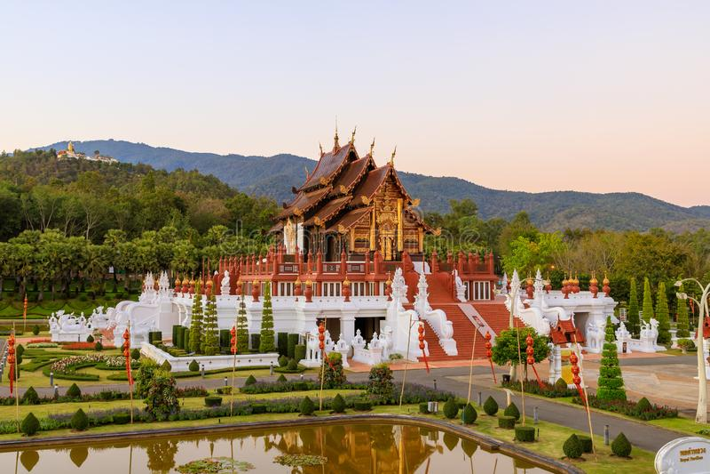 Koninklijk de stijlpaviljoen van Paviljoenho kum luang lanna in de Koninklijke botanische tuin van Flora Rajapruek Park, Chiang M royalty-vrije stock fotografie