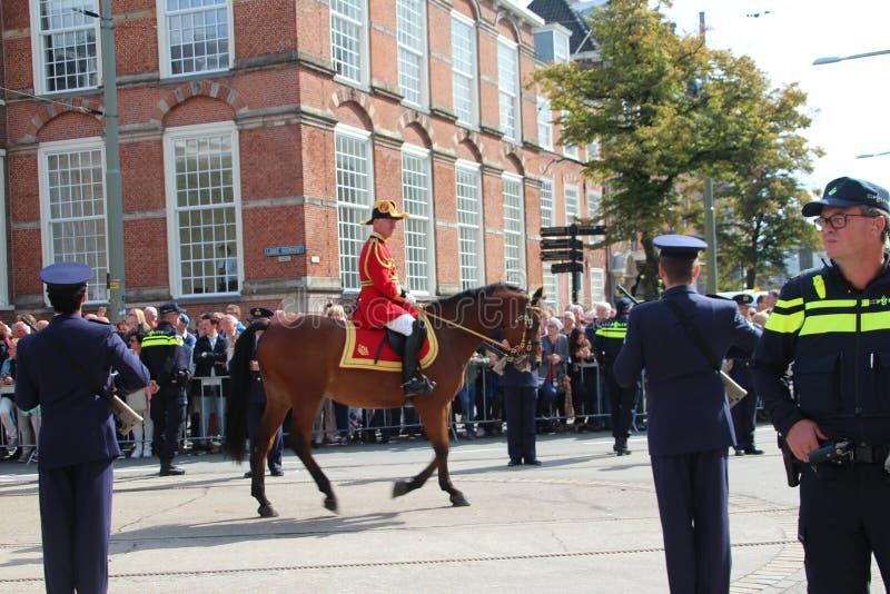 Koninklijk huispersoneel in paard tijdens de Parade van de Prinsdag in Den Haag royalty-vrije stock fotografie