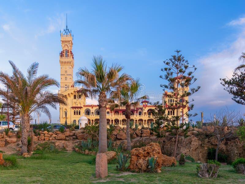 Koninklijk paleis bij het openbare park van Montaza vóór zonsondergang, Alexandrië, Egypte stock foto's