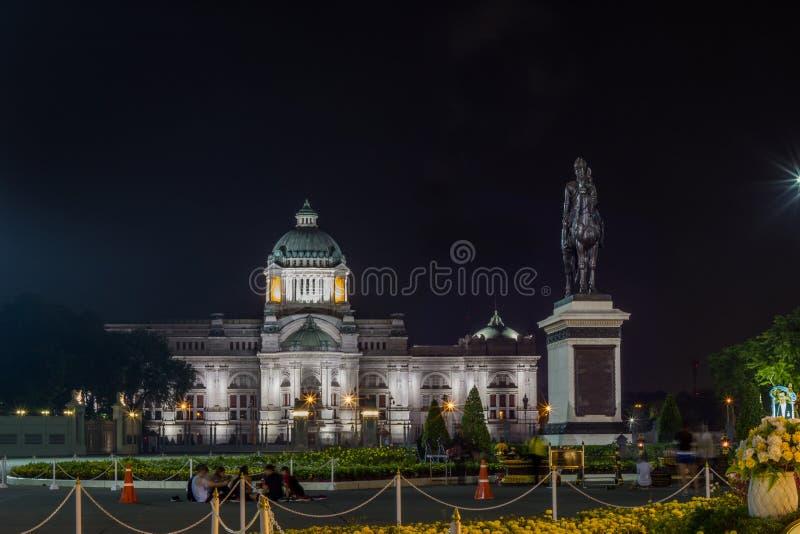Koninklijk Plein, Dusit-Paleis en de Pa van Sanam Suea, Bangkok, Thailand op November13,2017: Nachtscène van Ruiterstandbeeld van stock foto's