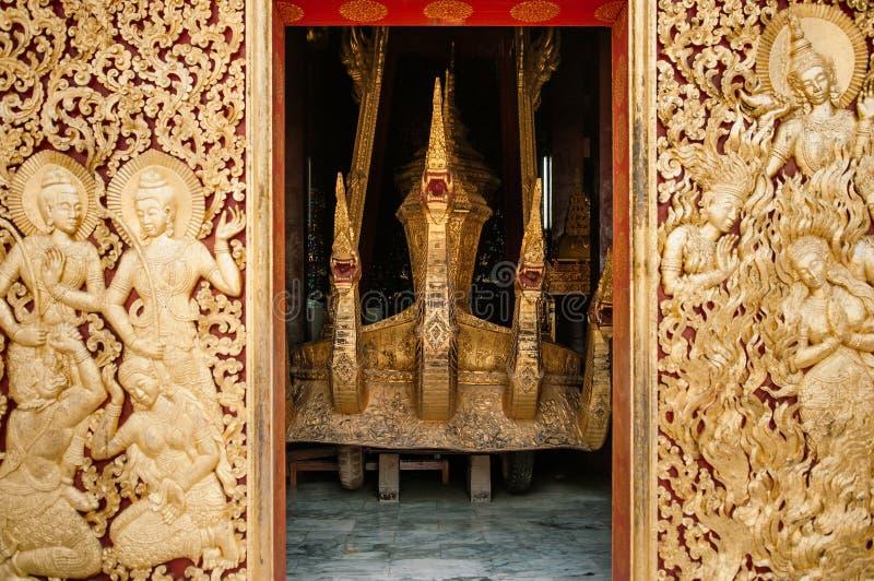 Koninklijk vervoer en Begrafenisurn gouden kist bij Wat Xieng-leren riem Luang Prabang, Laos stock afbeelding