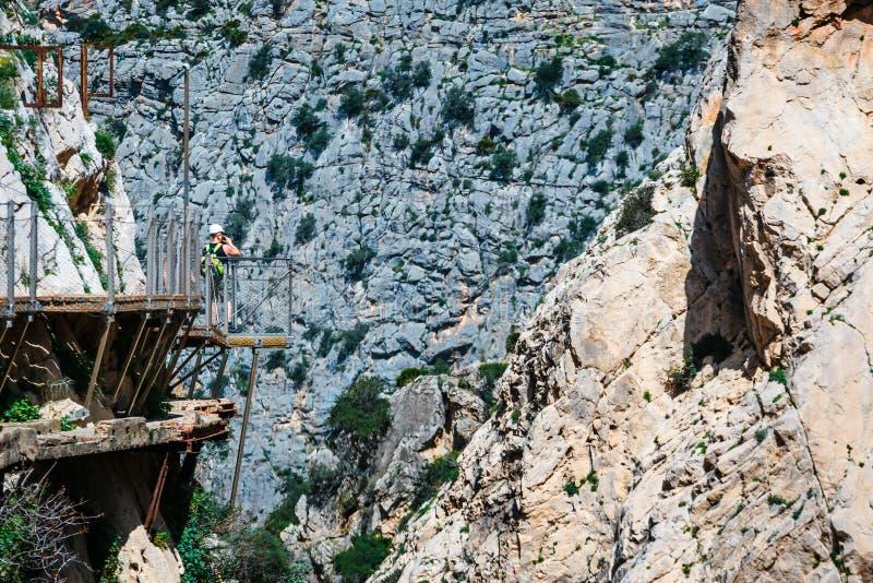 Koninklijke die Sleep ook als Gr Caminito Del Rey wordt bekend - bergweg langs steile hellingen in kloof Chorro, Spanje royalty-vrije stock foto