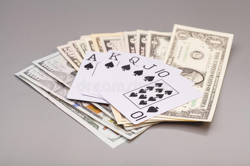 Koninklijke gelijke speelkaarten en dollars royalty-vrije stock afbeelding