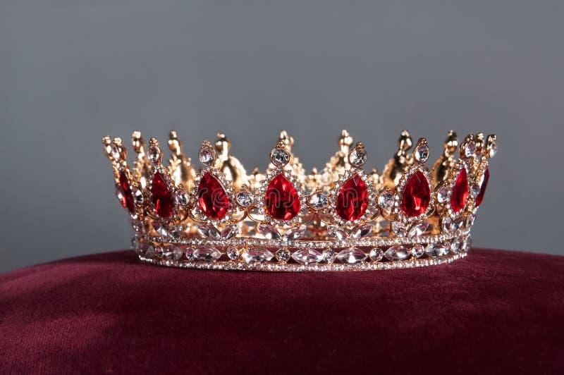 Koninklijke kroon met rode gemmen Robijn, granaat Symbool van macht en gezag stock foto