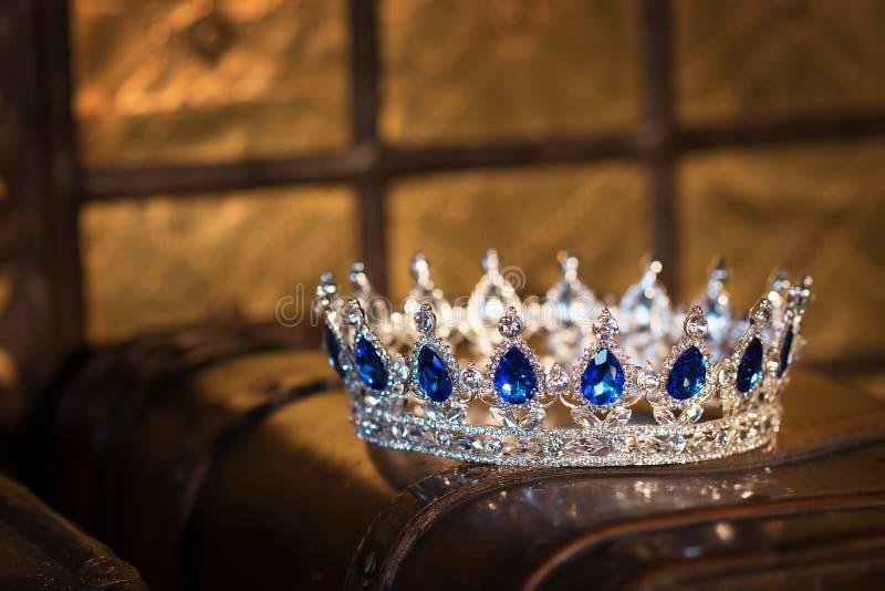 Koninklijke luxe gouden kroon met saffier Het symbool van het succes stock foto