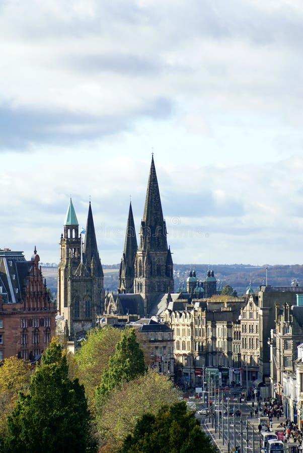 Koninklijke Mijl die naast het Park van de Prinsenstraat in Oude Stad in Edinburgh lopen stock afbeeldingen