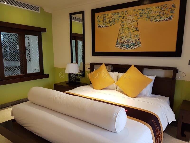 Koninklijke slaapkamer stock foto. Afbeelding bestaande uit tint ...