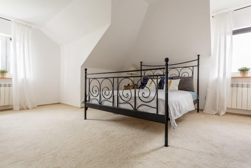 Koninklijke slaapkamer bij uw huis royalty-vrije stock afbeelding