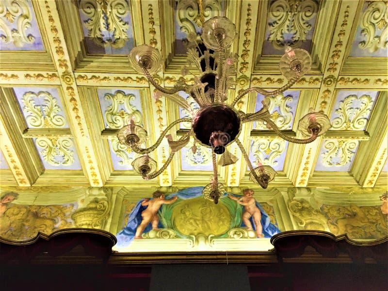 Koninklijke verlichting, fresko's en gouden details Geschiedenis en betovering stock foto's