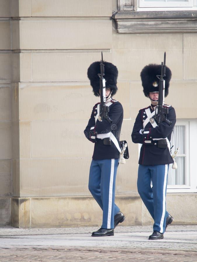 Koninklijke wachten bij Amalienborg-Paleis, Kopenhagen Denemarken royalty-vrije stock foto
