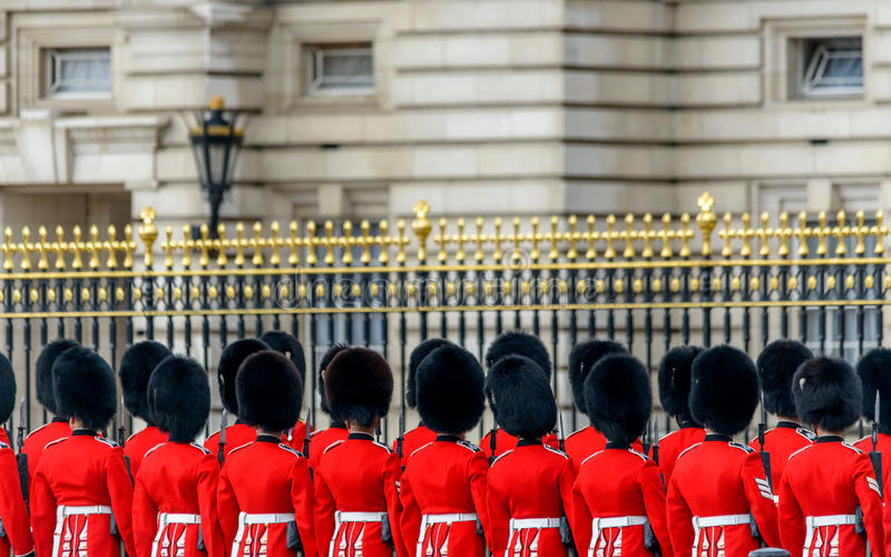 Koninklijke wachten bij Buckingham Palace stock foto