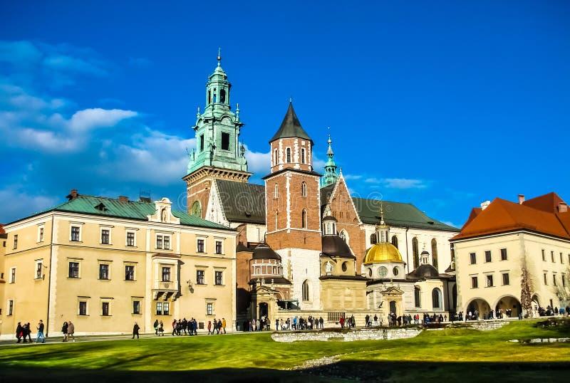Koninklijke Wawel-Kathedraal, Krakau, Polen Voor contrast heldere blauwe hemel stock foto's