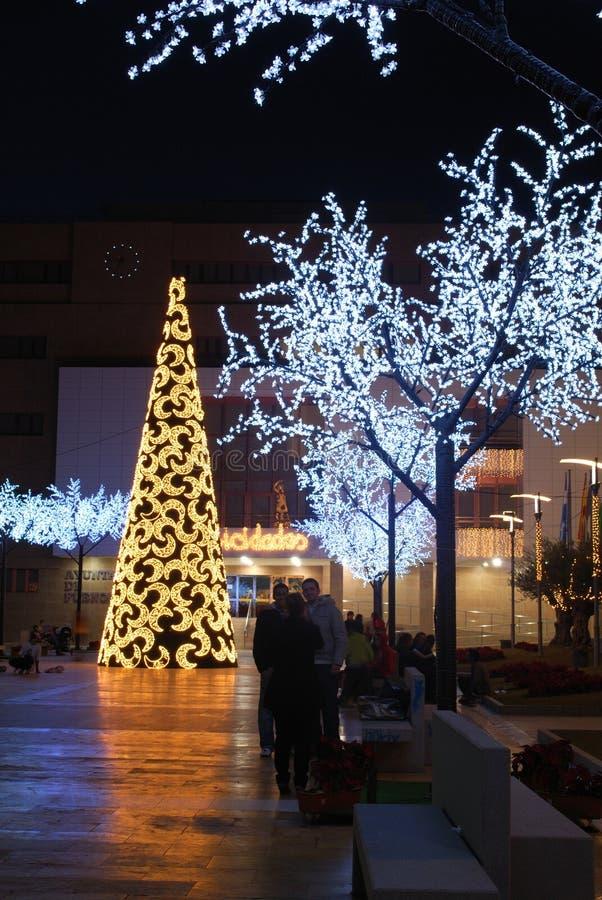 Konischer Weihnachtsbaum durch das Rathaus, Fuengirola, Spanien stockfotografie