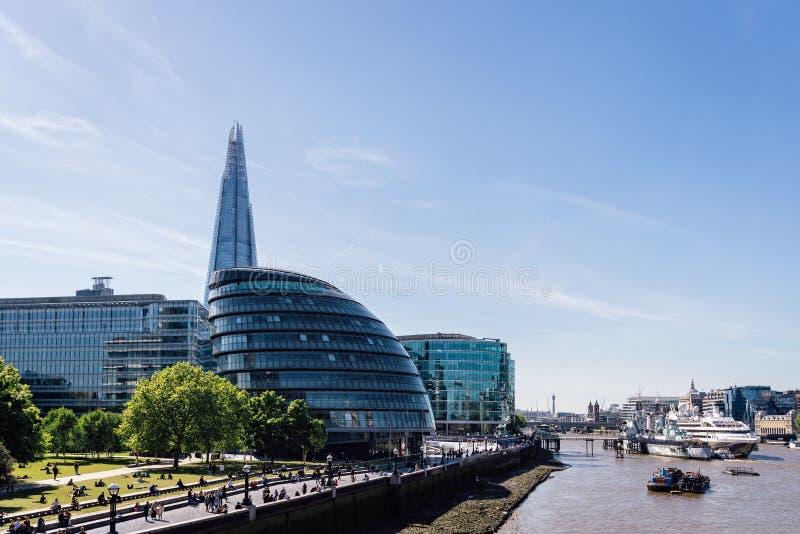 Konisk sikt av stadshuset av den London och skärvaskyskrapan arkivfoton