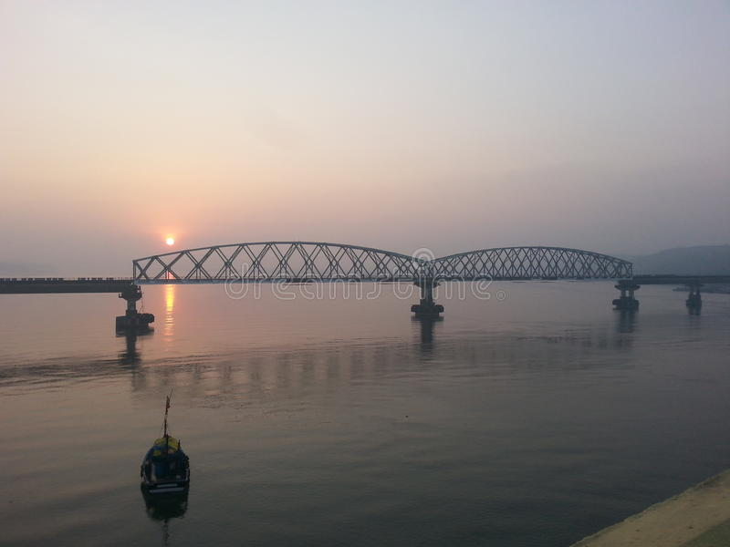 konkan Eisenbahn Sonnenaufgang goa zuari Brücke stockbild