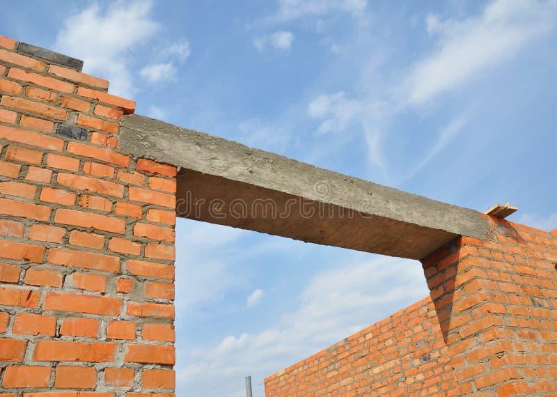 Konkret överstycke Konkret överstycke för fönster eller för dörr på oavslutad huskonstruktion för tegelsten arkivfoto