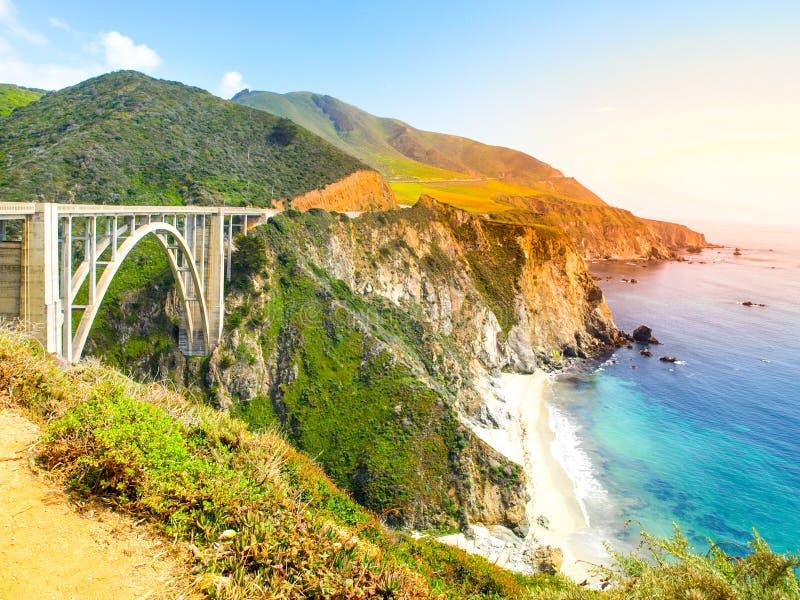 Konkret båge av den Bixby liten vikbron på den Stillahavs- steniga kusten, stora Sur, Kalifornien, USA royaltyfria bilder